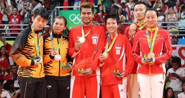 tontowi-liliyana-podium-juara-57bb2363c222bdd01d19e298