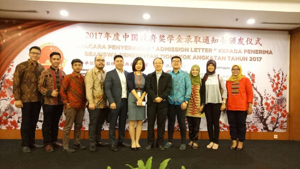 PPI Tiongkok dan Perhati photo bersama dengan Perwakilan Kedubes Tiongkok di Jakarta sesaat setelah penerimaan Berkas Beasiswa CGS (Sumber photo: pribadi)